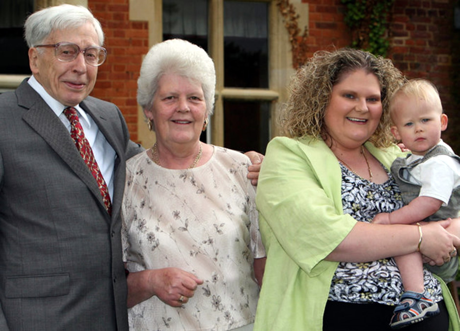 Robert G. Edwards with Lesley Brown, her daughter Louise Brown and her grandson in 2008